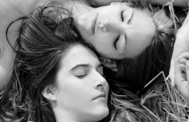 Tình yêu đồng tính, Gia đình ngăn cản, ép phải kết hôn, lấy người không yêu, chưa từng gặp mặt.
