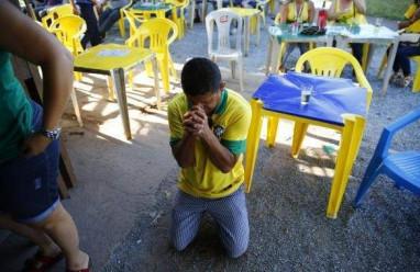 đột tử, đội nhà, World Cup, sút luân lưu, tử vong, đau tim, thức khuya, ăn mừng, trúng đạn lạc