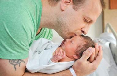 Làm cha, làm bố, làm cha mẹ, chăm sóc con, bé sơ sinh, nuôi con, cha và con