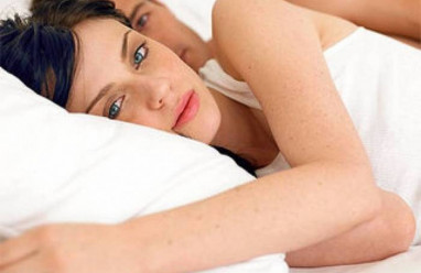 quan hệ tình dục quá nhiều, không có kinh nguyệt, rối loạn nội tiết, vô kinh, yêu không điều độ, kích thước tinh hoàn không đều