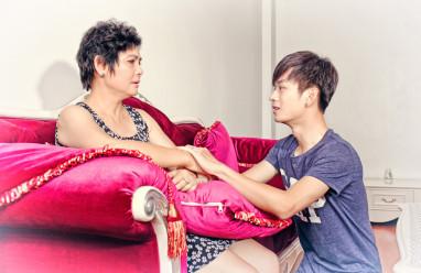 mẹ khóc lóc, không cho gặp gỡ, đồng tính, kỳ thị, nhận thức, hiểu biết về người đồng tính