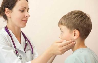nổi hạch, hạch dưỡi cằm, sinh thiết, viêm hạch, lành tính, ho, sổ mũi, trẻ nhỏ, cuasotinhyeu