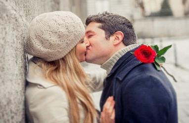 hôn môi, chảy máu răng, HIV, ADIS, không bị, lây nhiễm, cuasotinhyeu.