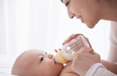bé gái, cân nặng, bú mẹ, sữa công thức, quấy khóc, suy dinh dưỡng, tăng cân, stress, cuasotinhyeu
