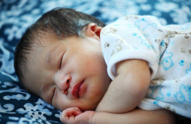 trẻ sơ sinh, thiếu máu, 2 tháng, nguyên nhân, sinh thiếu tháng, mất máu, di truyền, thiếu sắt, thuốc sideral gocce, cuasotinhyeu