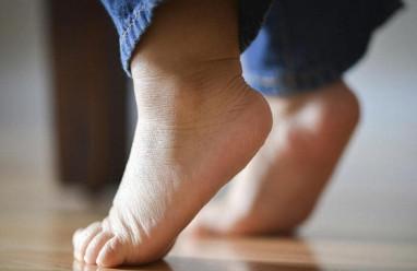 bé 12 tháng, chứng đi nhón chân, 2 tuổi, thói quen, cuasotinhyeu