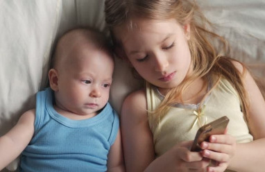 mẹ sinh em, chăm con, dùng điện thoại, tịch thu điện thoai