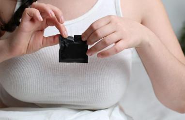 """Vẫn lo mang thai dù bao cao su không bị """"thủng""""?"""