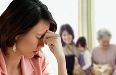 chồng là con trai duy nhất, bị nhà chồng coi thường, không được ở riêng, chán nản