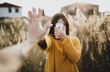 người yêu cũ, liên lạc lại, trả lời, có nên phản hồi, ngại ngần, tái hợp