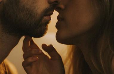 """Nguy cơ lây nhiễm HIV khi """"yêu"""" bằng miệng """"không bao""""."""