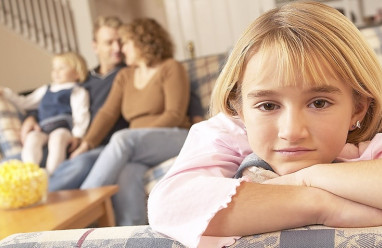 mẹ phân biệt, mâu thuẫn với cha mẹ, mẹ ít quan tâm, không khen ngợi, phân biệt đối xử