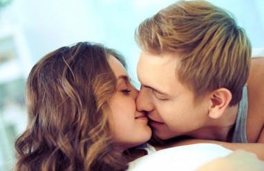 """Sau mỗi lần """"hôn môi"""" bạn trai lại bị đau bụng..."""