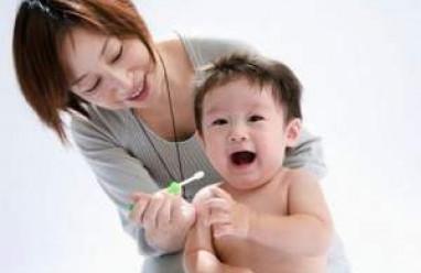 vệ sinh lưỡi cho trẻ sơ sinh, chăm sóc trẻ sơ sinh, bé mới sinh,vê sinh miệng, tưa lưỡi