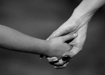 mẹ bỏ đi, bố mất sớm, sống với bà, bị mằng chửi, cô đơn, chán nản, khóc thầm
