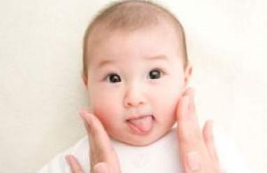 trẻ nhỏ, chàm sữa, tróc vảy, hồng ban, sẩn, chảy nước, đóng vảy, dạ dày, khổ, ráp, điềutrị, san thương sẩn