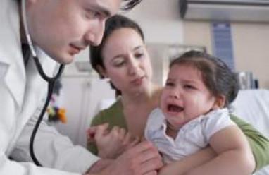 trẻ nhỏ, đau bụng, đau bụng dữ dội, nón, sốt, đau bụng tiêu chảy, xử trí, cho bé uống kháng sinh, cho bé uống giảm đau