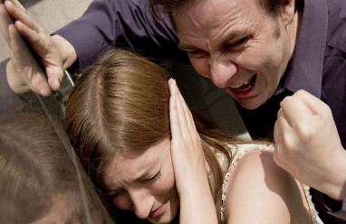 chồng bạo hành, chịu đựng, chửi gia đình vợ, đuổi ra ngoài, không dám ly hôn