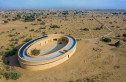 Ngôi trường hình bầu dục giữa sa mạc