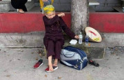 """Cụ bà đi bộ từ TP.HCM về Nghệ An bật khóc ở chốt kiểm soát khi đi được 2 ngày: """"Làm sao về được nhà"""""""