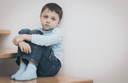 trẻ tự kỷ, hội chứng rối loạn tự kỷ, dấu hiệu tự kỷ, đặc điểm trẻ tự kỷ, nguyên nhân tự kỷ, điều trị tự kỷ