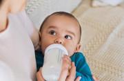 Bình thường, sữa công thức, tiêm chủng, suy dinh dưỡng, ảnh hưởng, bú ít, vui chơi hoạt động, cuasotinhyeu