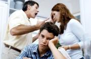 cha mẹ cãi nhau, cà khia, uống rượu, bữa cơm gia đình, chứng kiến cãi nhau