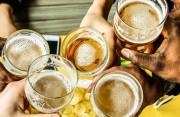 HIV có lây nhiễm khi cầm chung cốc uống bia hay không ?