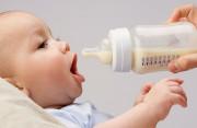 Trẻ 3 tháng tuổi đi ngoài 3-4 lần/ngày có phải là do thuốc không ?