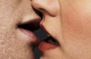 """Có thể lây bệnh sùi mào gà chỉ vì hôn nhau với """" người lạ """" không ?"""