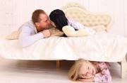 con nhỏ, bắt gặp, cha mẹ quan hệ, nhắc lại chuyện cũ, ảnh hưởng tâm lý