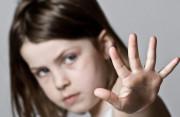 chú họ, đụng chạm, gần gũi quá mức, muốn tố cáo, không dám nói với cha mẹ