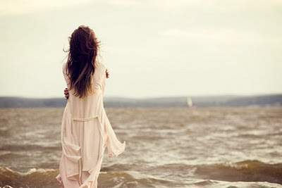 cô gái buồn, tổn thương, không tin vào tình yêu