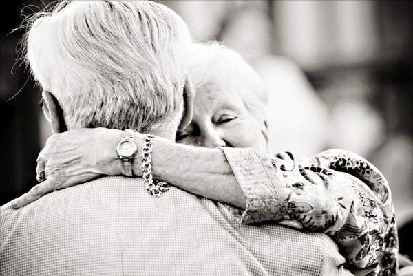 cô đơn, tuổi già,bạn già,hàng xóm, con cái, chăm sóc, già yếu, gà trống nuôi con
