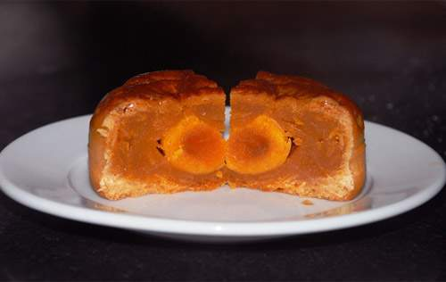 Tự làm bánh trung hạt sen gấc hạnh nhân